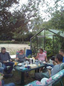 koffie en thee drinken op de boerderij